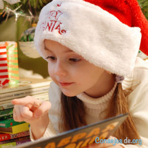 Niña festejando la navidad