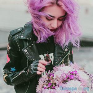 Adolescente con pelo rosa